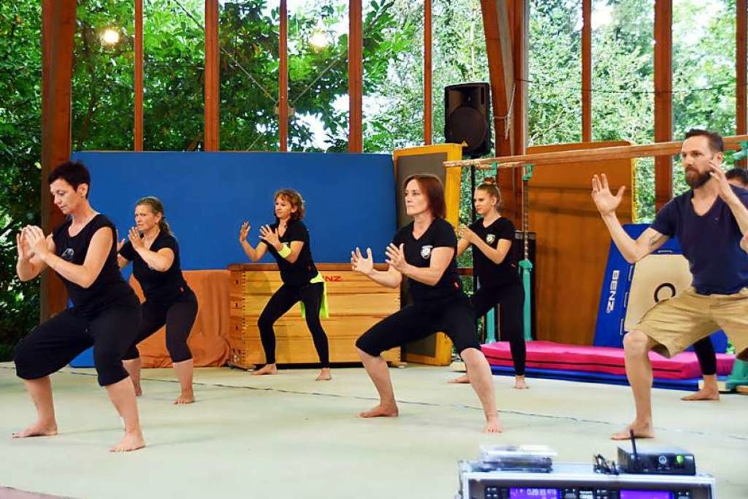 Es werden ganz verschiedene Sport- und Gymnastikvarianten angeboten.  | Foto: Sabine Rothmann
