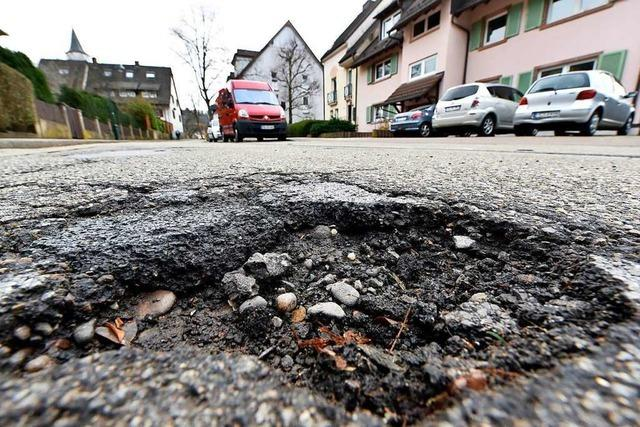 Bautrupps flicken Freiburgs Schlaglöcher – auch auf der B31