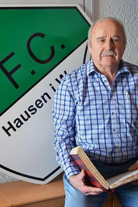 Klaus Asal war auf Spurensuche im Archiv des FC Hausen.    Foto: Edgar Steinfelder