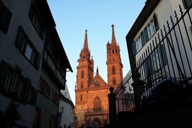 Münster in Basel leuchtet in der Sonne