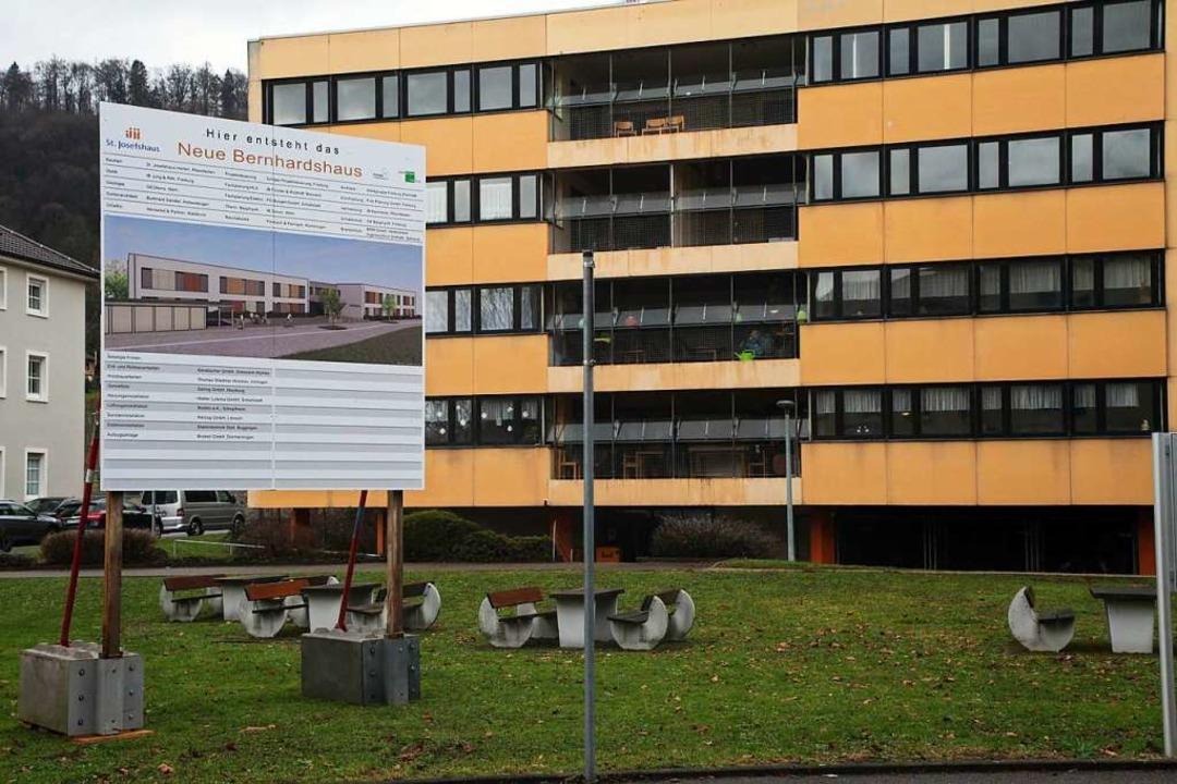 Hinter dem Bauschild ist das alte Bern...nd, das nach Leerzug abgerissen wird.   | Foto: Andreas Gräff