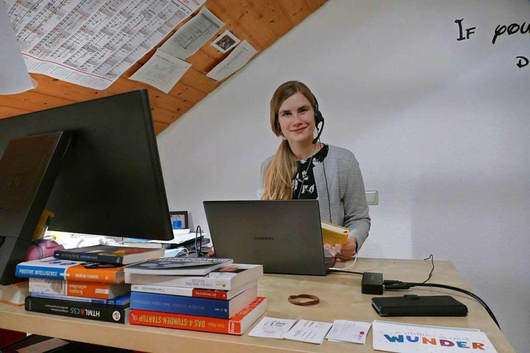 """Sonja Eisele an ihrem Schreibtisch, um...you can dream it you can do it"""".    Foto: Dora Schöls"""