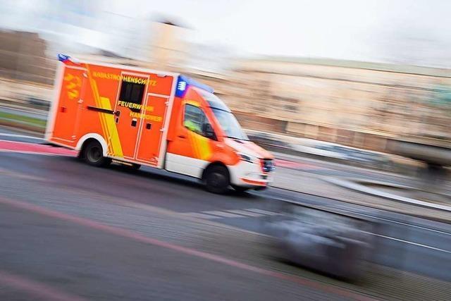 Blutverschmierter Mann mit Messer in der Hand an Bushaltestelle