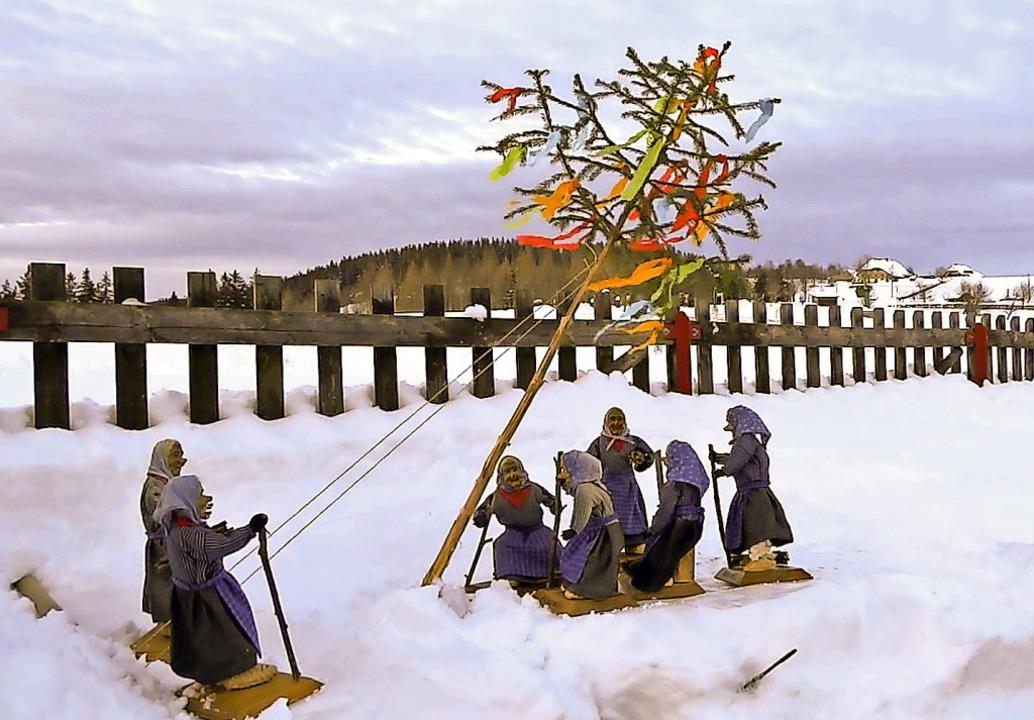 Die Schwärzenbacher  Kolmewiber haben ...enbaumstellen mit Puppen nachgestellt.    Foto: Eva Korinth