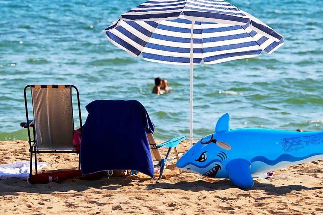 Entspannt am Strand? Die Urlaubsplanun...torno-Tarifen wird sie etwas leichter.  | Foto: Clara Margais (dpa)