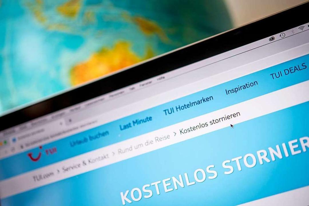 Wichtig auch im Internet: Erst die AGB lesen, dann buchen.  | Foto: Zacharie Scheurer (dpa)