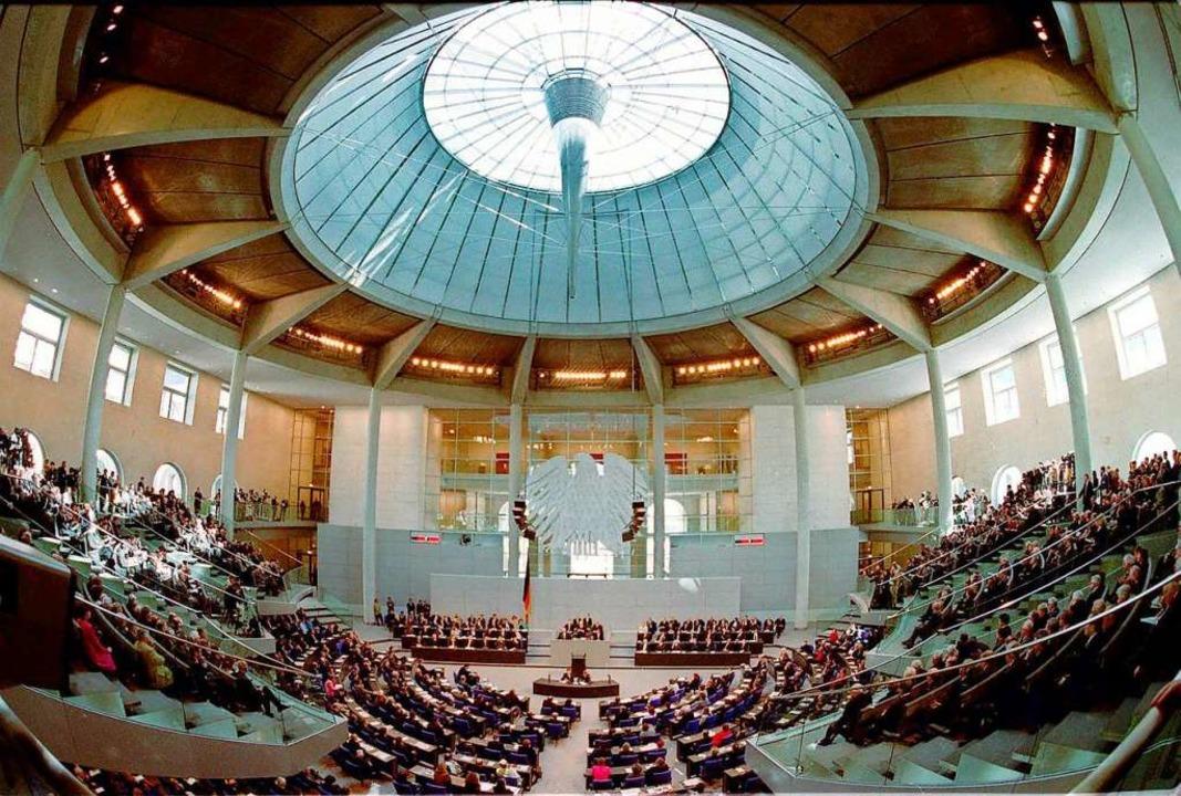 Politik, die auf den Zusammenhalt ziel... – eine Sitzung des Bundestages.    Foto: JOCKEL FINCK