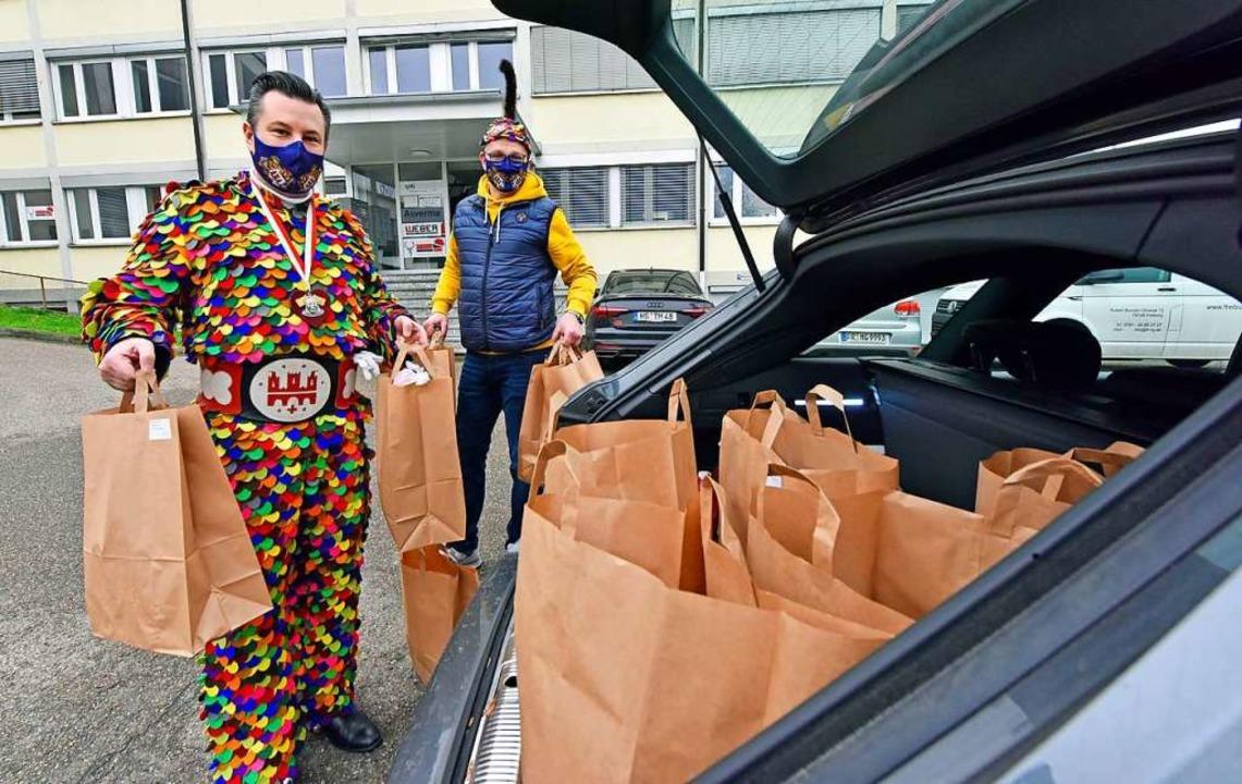 620 Essenspakete haben die Fasnetrufer am Samstagabend in Freiburg ausgeliefert.  | Foto: Michael Bamberger