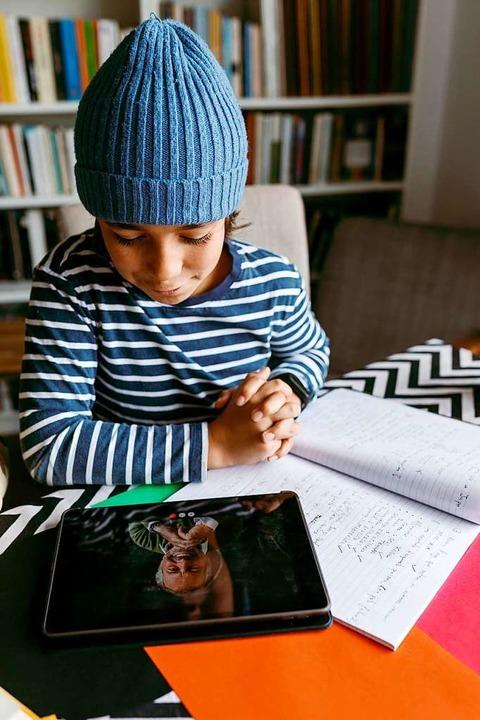 Tablet mit  Lehrer: Zum zweiten Mal is... Unterricht nach Hause verlegt worden.  | Foto: Valentina Barreto via www.imago-images.de