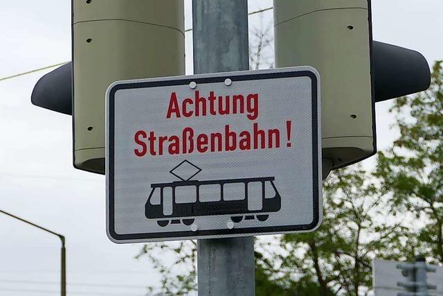 Radfahrer übersieht Tram in Weil am Rhein und radelt wohl an roter Ampel vorbei