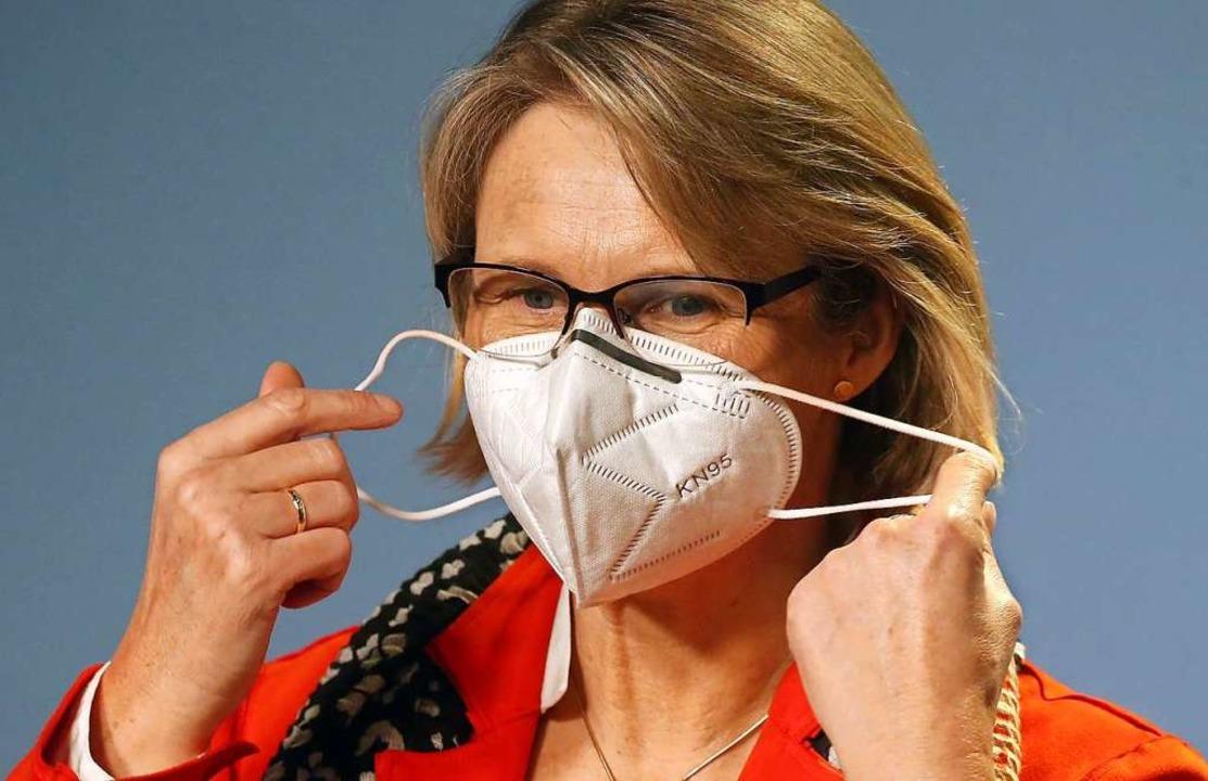 Anja Karliczek, Bundesministerin für B...ildungsministerium ihre FFP2-Maske ab.  | Foto: Wolfgang Kumm (dpa)