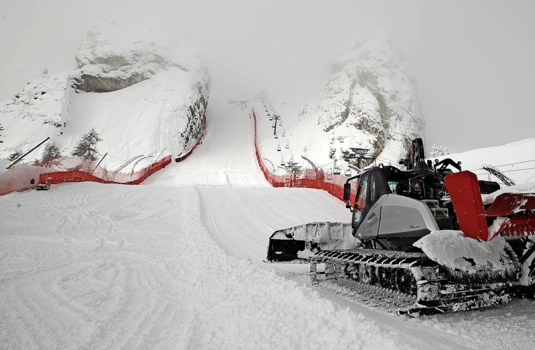 Eine Pistenraupe arbeitet in Cortina an einer Strecke der Ski-WM.  | Foto: Gabriele Facciotti (dpa)