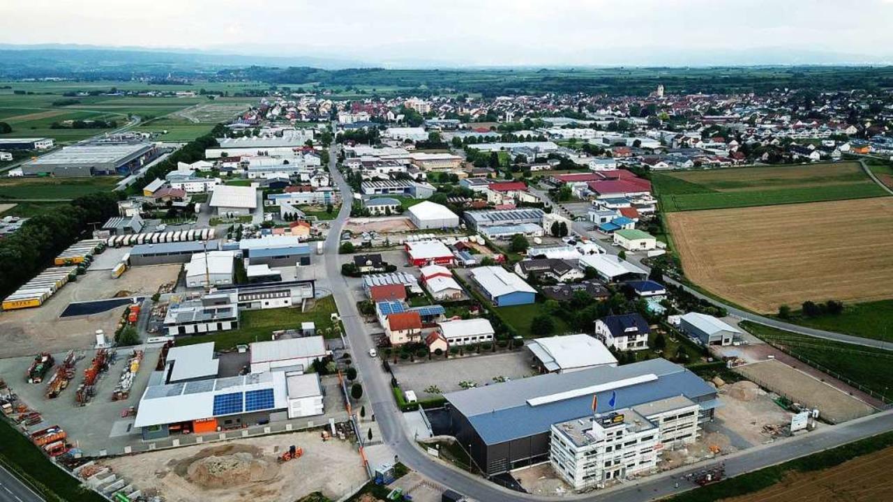 Blick aufs Endinger Industriegebiet im... Industrie in der Kaiserstuhlgemeinde.    Foto: Michael Saurer