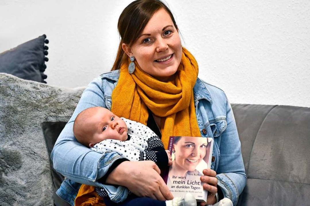 Vera Käflein mit ihrem Buch und ihrem Sohn Tom, ihrem vierten Kind  | Foto: Thomas Kunz