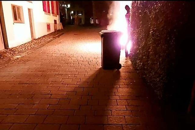 Unbekannte zünden in der Schopfheimer Innenstadt mehrere Mülltonnen an