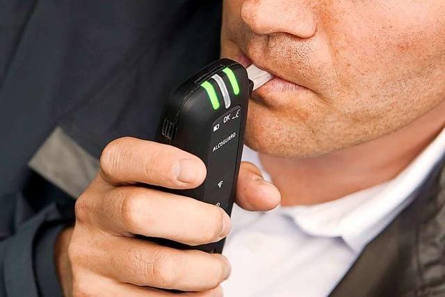 Betrunkener fährt zum Polizeirevier, um seinen Autoschlüssel zu holen