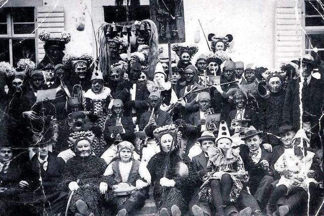 Wie sich die Schuttig an der Fasnet vor 100 Jahren beim Gruppenfoto präsentierte