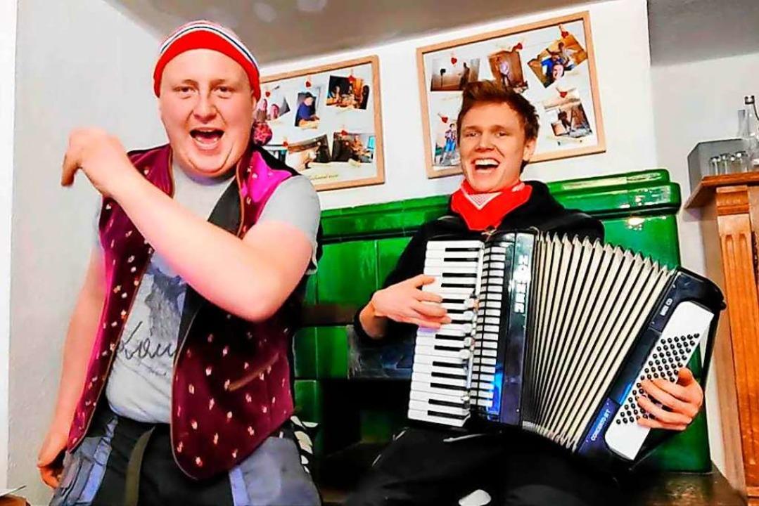 Linus Sedlak (links) und Leon Stoll singen das Lied von der Wampe.  | Foto: privat
