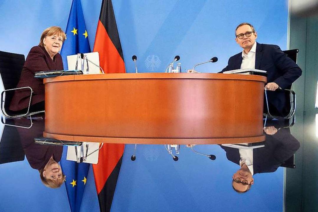 Angela Merkel und Michael Müller vor der Ministerpräsidentenkonferenz  | Foto: Guido Bergmann (dpa)
