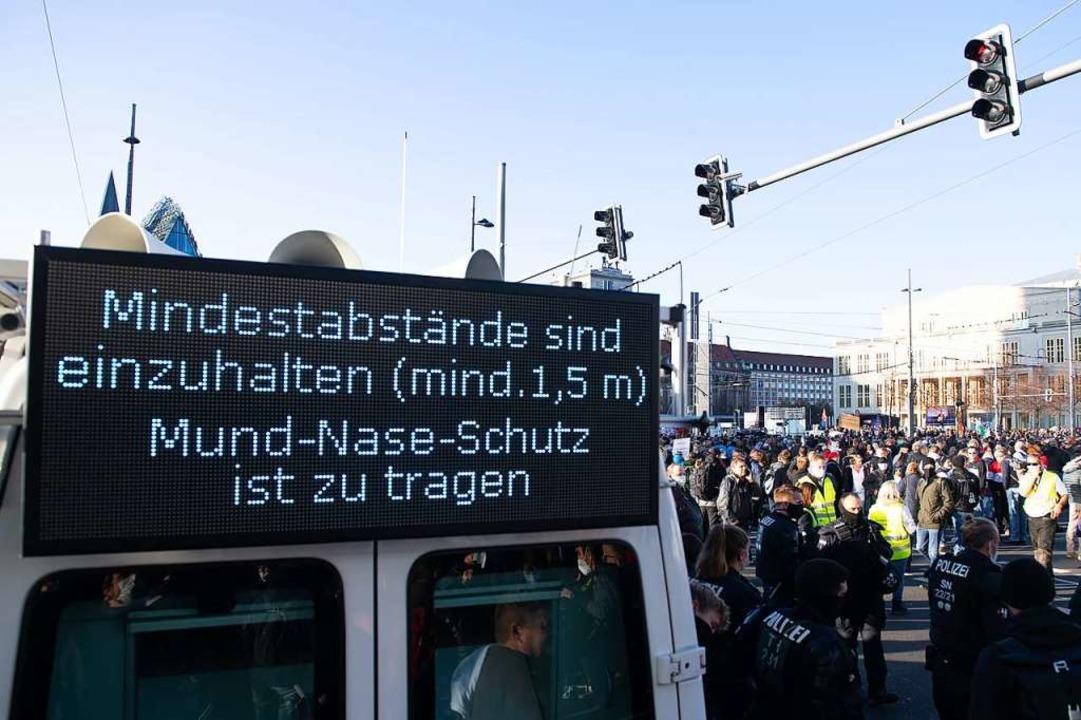Eine Tafel der Polizei weist bei einer...ese auf das Infektionsgeschehen hatte.  | Foto: Sebastian Kahnert (dpa)