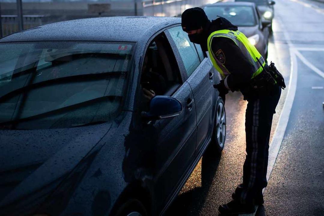 Die Polizei kontrolliert Covid-Tests v... zwischen Österreich und der Schweiz .  | Foto: Gian Ehrenzeller (dpa)