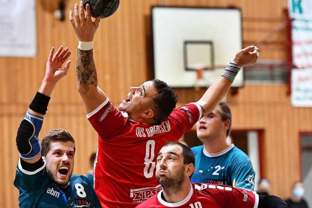 Routinier Florian Stern (am Ball) häng...TuS Oberhausen noch mal ein Jahr dran.  | Foto: Achim Keller