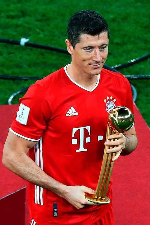 Robert Lewandowski mit Pokal    Foto: KARIM JAAFAR (AFP)