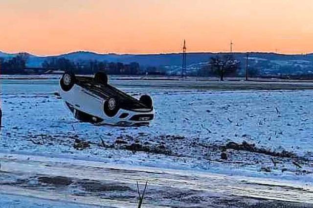 Kleinwagen rutscht bei Grafenhausen über vereiste Straße und landet auf dem Dach
