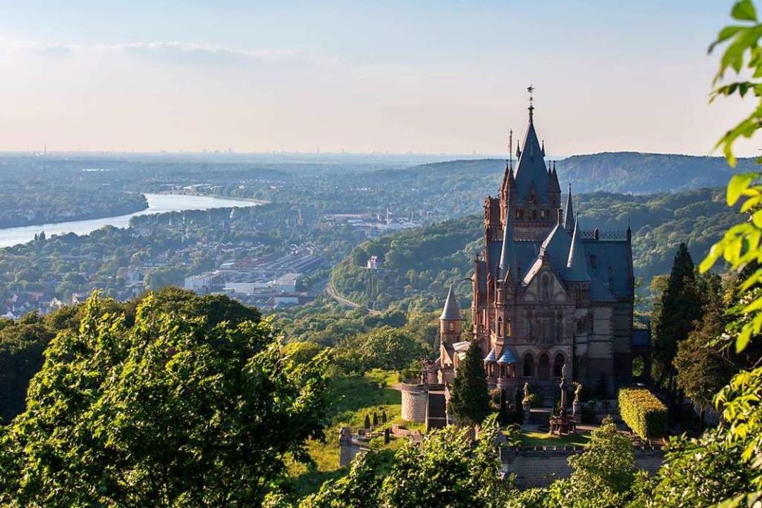 Blick vom Drachenfels auf Schloss Drachenburg und den Rhein  | Foto: Tobias Arhelger (stock.adobe.com)