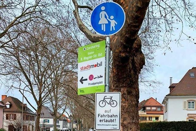 Schild an einem ehemaligen Radweg in Freiburg-Herdern verwirrt mehr, als dass es hilft