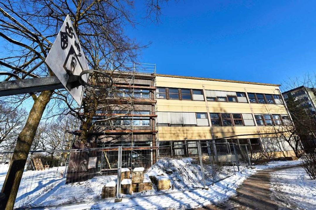 Der Anbau (links, mit Holzfassade) ist jetzt bezugsfertig.  | Foto: Thomas Kunz