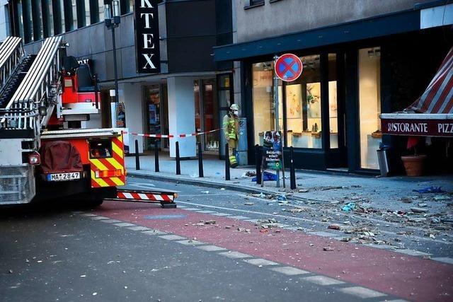 Herabstürzende Gebäudeteile verletzen Passanten in Mannheim schwer