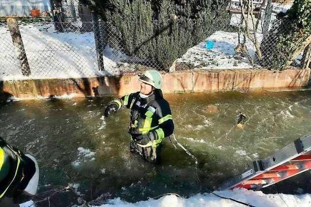 Feuerwehr und THW verhindern Überflutung der vereisten Glotter