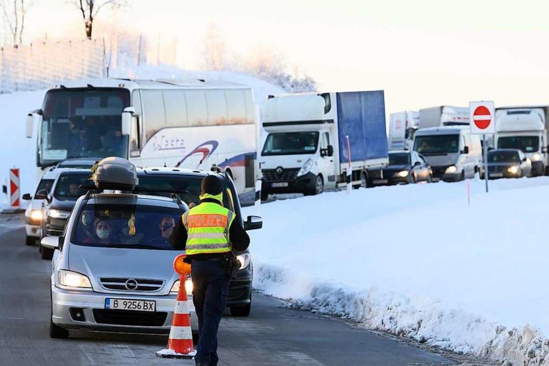 Autos und LKW aus Tschechien stehen im...atz an der Autobahn 17 hintereinander.  | Foto: Sebastian Kahnert (dpa)