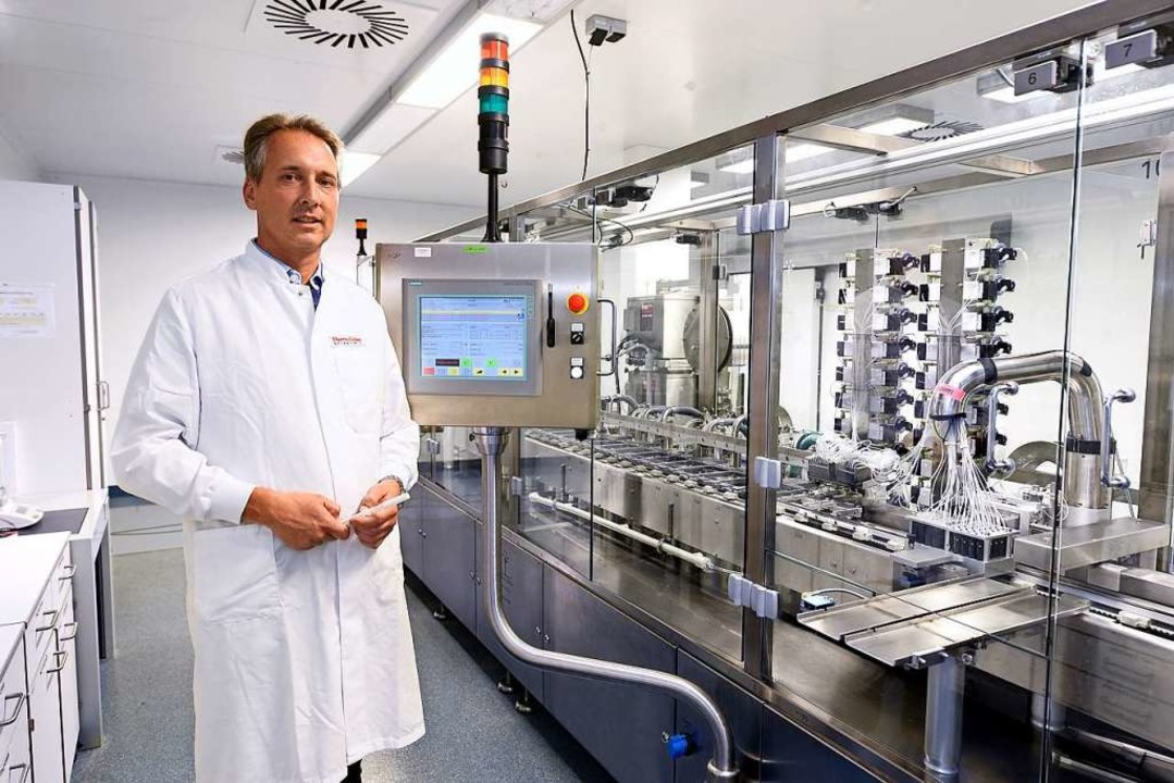 Geschäftsführer Heiko von Bachmann vor einer Abfüllanlage  | Foto: Thomas Kunz