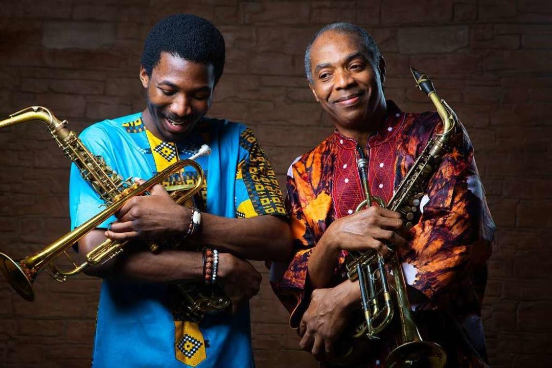 Vater Femi (rechts) und Sohn Made verö...n des politisch engagierten Afrobeats.  | Foto: Optimus Dammy