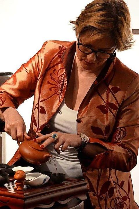 Sabine H. Weber-Loewe zeigt, wie man Tee optimal zubereitet.  | Foto: privat
