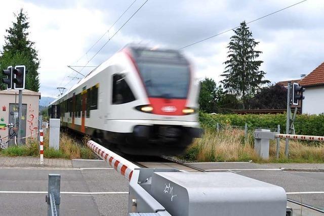 Frau wird bei Raitbach mit ihrem Auto zwischen den Bahnschranken eingeschlossen