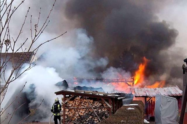 In Schwanau-Ottenheim haben eine Scheune und ein Carport gebrannt
