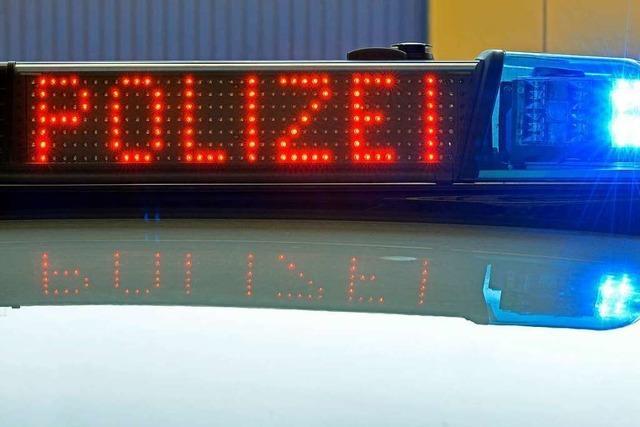 Unbekannte beschädigen Polizeifahrzeug im Stühlinger