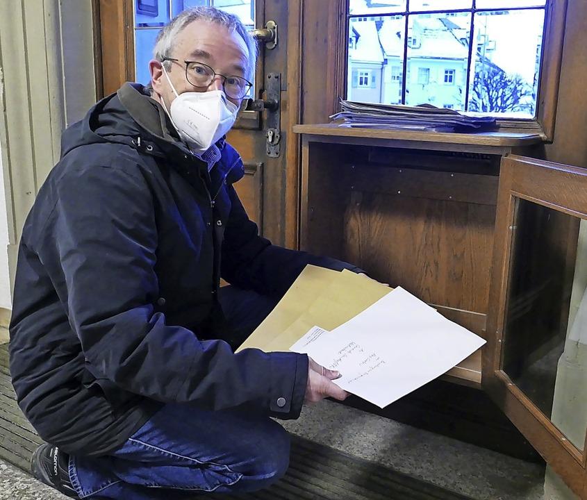 Die ersten drei Bewerbungen auf die au...dem Briefkasten des Bürgermeisteramts.  | Foto: Stefan Limberger-Andris