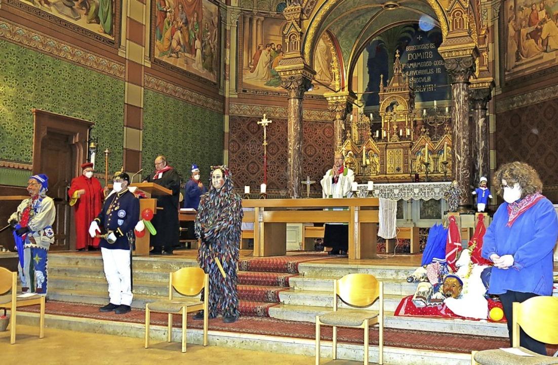 Vor den Stufen zum Altarraum standen d...nsam einen ökumenischen Gottesdienst.   | Foto: Erhard Morath