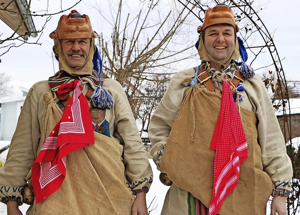 Roland (links) und Thomas Weishaar wer...nterziehen sie sich einem Corona-Test.  | Foto: Martha Weishaar