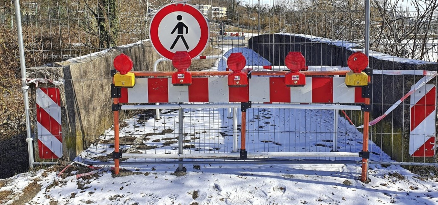 Die Schlüchtbrücke in Gurtweil ist sei...r gesperrt. Jetzt wird sie abgerissen.  | Foto:  Schlichter, Juliane