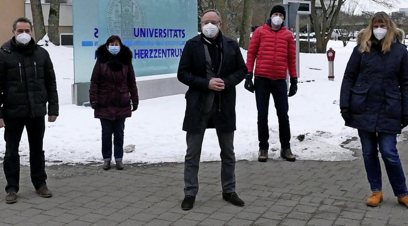 Gespräch vor dem Klinik-Gelände: Die S...inks), Helene Andris und Jan Minners.     Foto: Frank Schoch