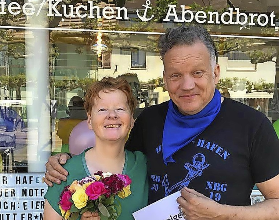 Oliver Eichling mit Ehefrau Carola vor dem Heimat-Hafen-Neuenburg.  | Foto: privat
