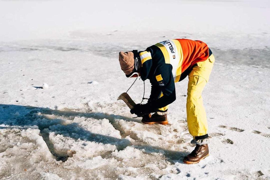 Wenn der See komplett zugefroren ist, muss das Eis aufgehackt werden  | Foto: Merlin Blumenschein