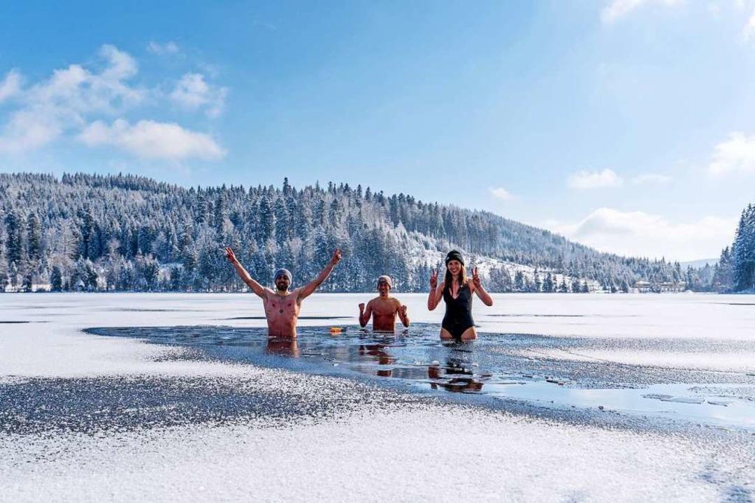 Mit Mütze im See:  Gina Kutkat hat das Eisbaden im Windgfällweiher ausprobiert.  | Foto: Merlin Blumenschein