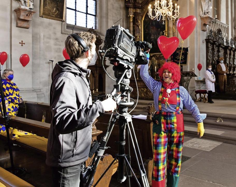 Clown Sandra Bienen sieht durch die Ka...uschauer zu Hause aufmerksam zuhören.     Foto: Gabriele Zahn