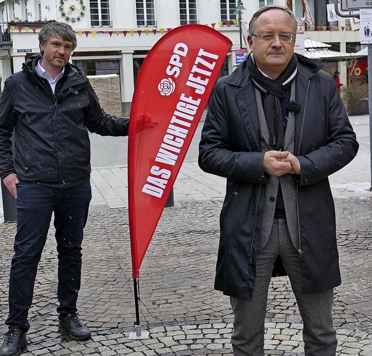 Andreas Stoch (vorne) und Jonas Hoffmann am Lörracher Marktplatz  | Foto: Michael Baas